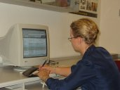 kobieta korzysta z konta internetowego