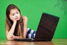 Dziewczyna przy laptopie